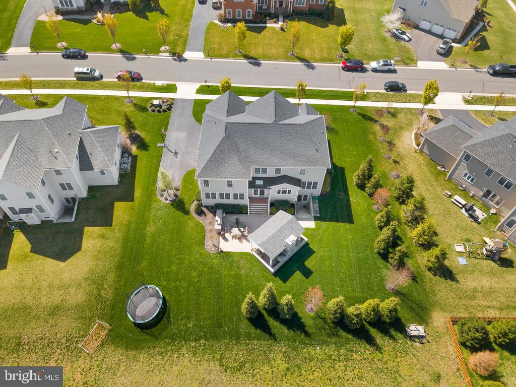 Professionally landscaped with mature trees - 41488 DEER POINT CT, ALDIE
