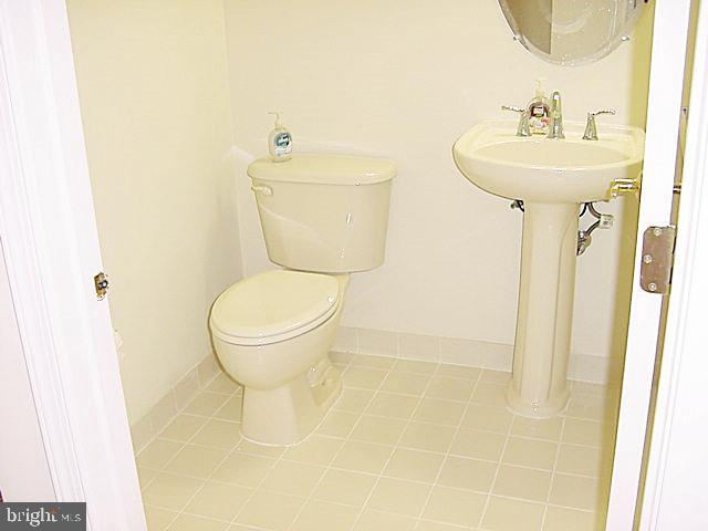 PowderRm, Pedestal Sink, Ceramic Tile - 20137 BLACKWOLF RUN PL, ASHBURN