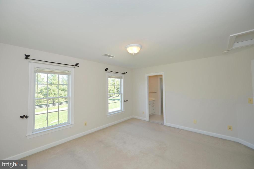 Upper bedroom 2 is an en-suite - 19771 GREGGSVILLE RD, PURCELLVILLE