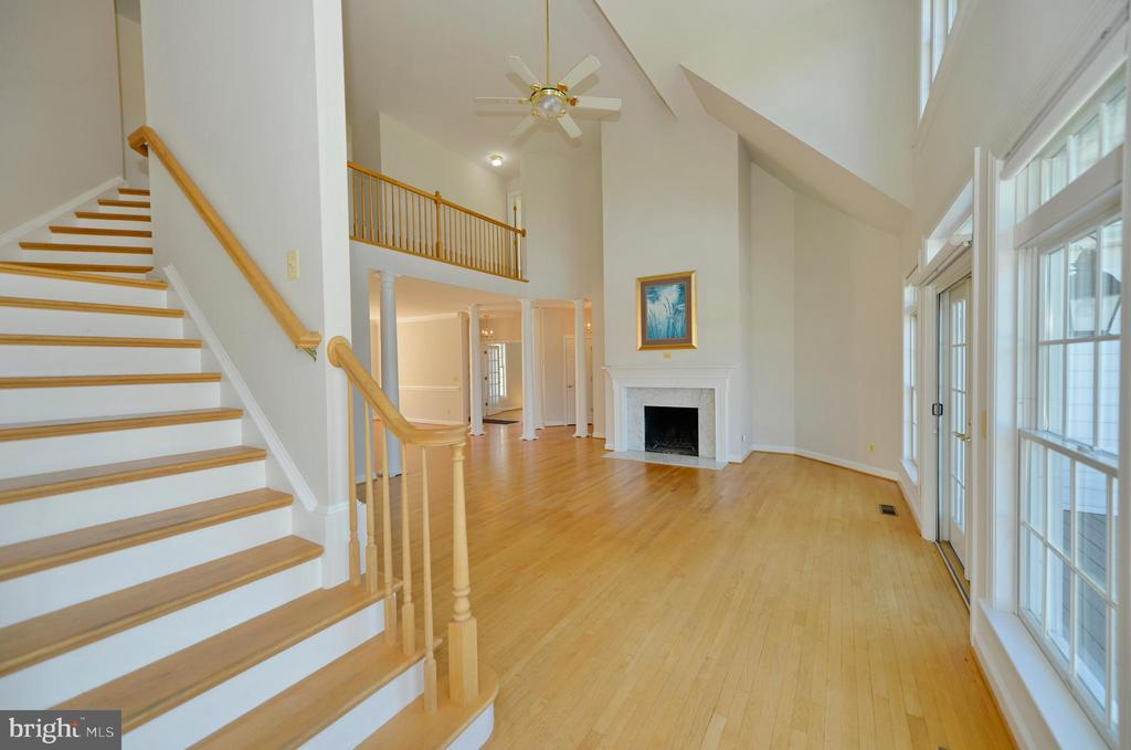 Staircase to the upper level - 19771 GREGGSVILLE RD, PURCELLVILLE