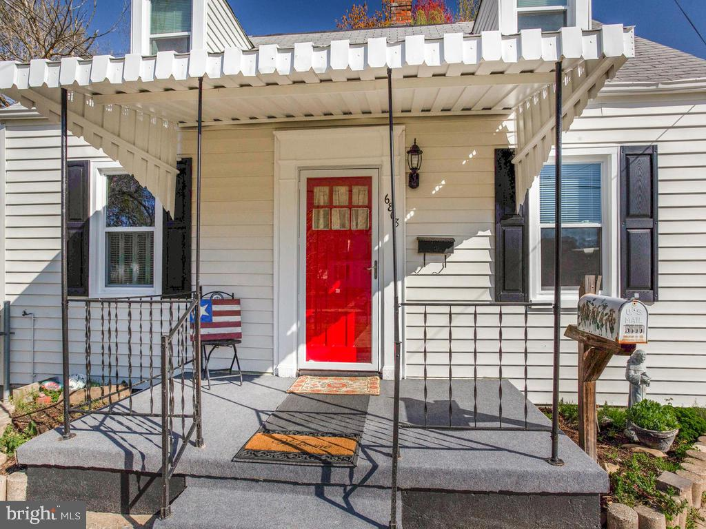 Is the front door adorable or what? - 6808 PICKETT DR, MORNINGSIDE