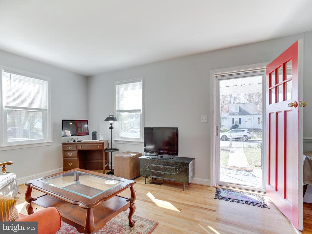 Come on! What a cute living Room - 6808 PICKETT DR, MORNINGSIDE