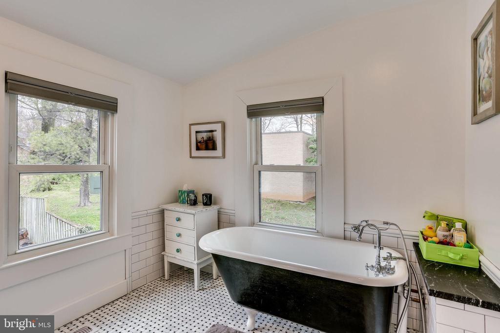 Claw foot tub keeps house true to original - 900 N FREDERICK ST, ARLINGTON