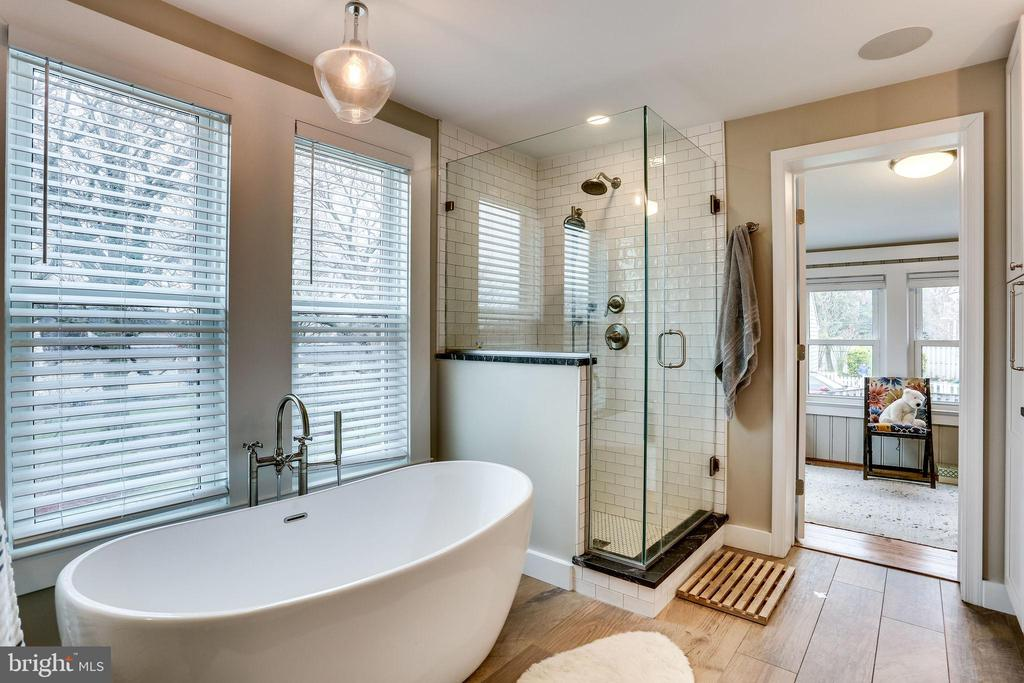 Amazing master bath with separate tub, shower and - 900 N FREDERICK ST, ARLINGTON