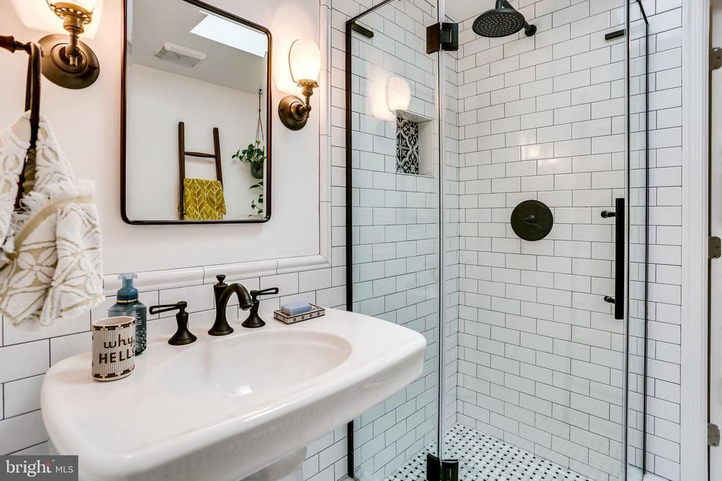 Flexible baths upstairs with 2 sink/shower/tubs - 900 N FREDERICK ST, ARLINGTON