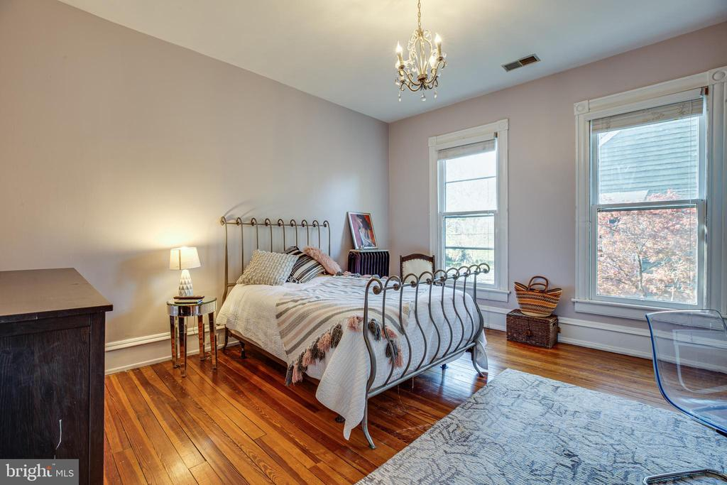 Large first bedroom with lots of natural light - 1112 CHARLES ST, FREDERICKSBURG