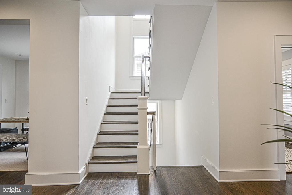 Wood stairs - 231 N EDGEWOOD ST, ARLINGTON