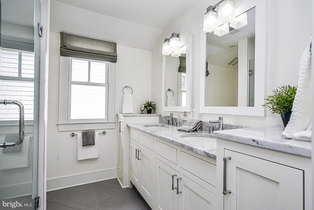 Luxurious master bath with marble dual sink vanity - 231 N EDGEWOOD ST, ARLINGTON
