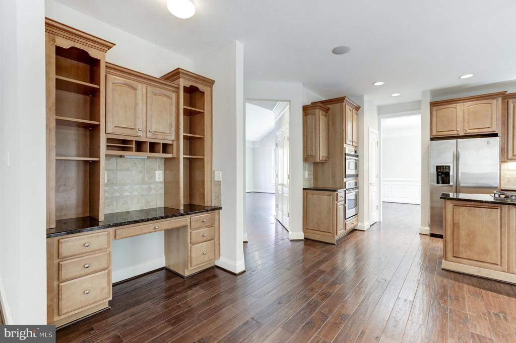 Built in desk area with storage - 43965 RIVERPOINT DR, LEESBURG