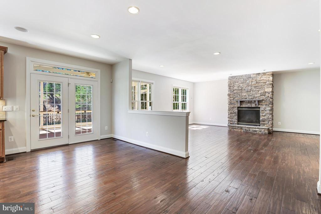 Open kitchen area leading into family room - 43965 RIVERPOINT DR, LEESBURG