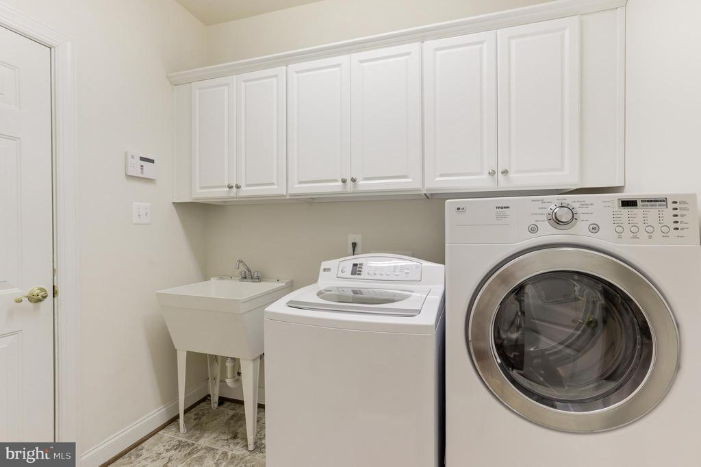Laundry room with storage - 43965 RIVERPOINT DR, LEESBURG