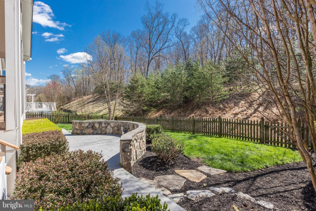 Paved and cobblestone hardscape - 43965 RIVERPOINT DR, LEESBURG
