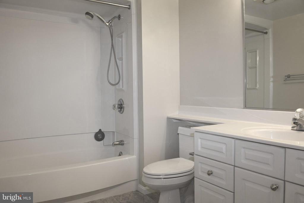 Master Bathroom w/new tile floor and paint - 2151 JAMIESON AVE #1903, ALEXANDRIA