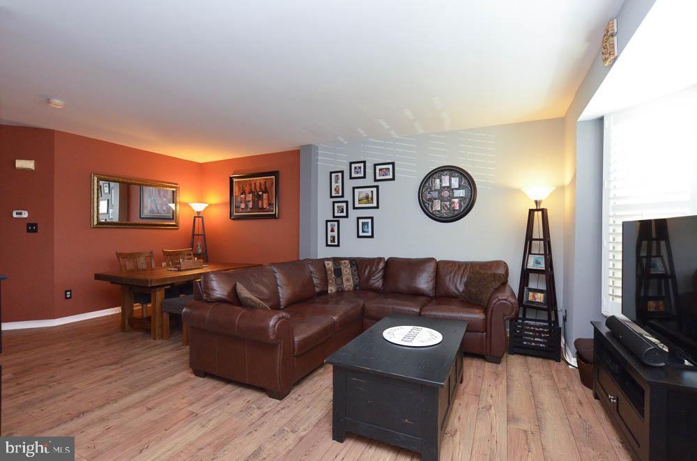 Living room with engineered  hardwood floors - 191 CONNERY TER SW, LEESBURG