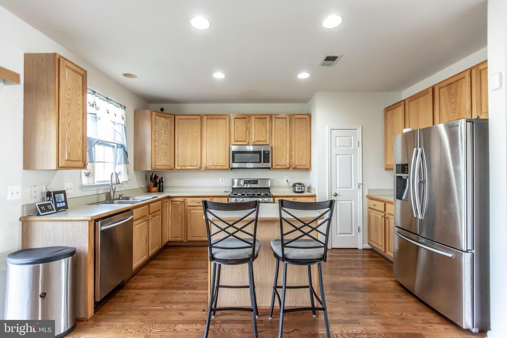 Kitchen with Stainless Steel Appliances! - 9648 SAYBROOKE DR, BRISTOW