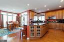 Huge center island with glass front cabinetry - 32 PALISADES DR, STAFFORD