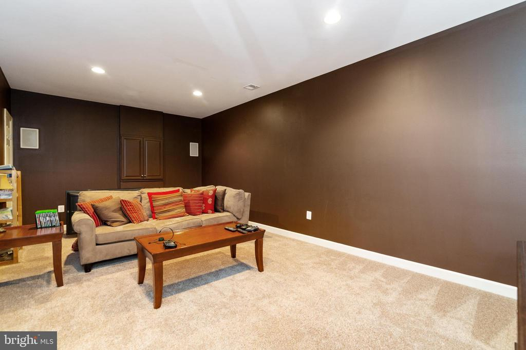 AND A VIDEO GAME ROOM! - 32 PALISADES DR, STAFFORD