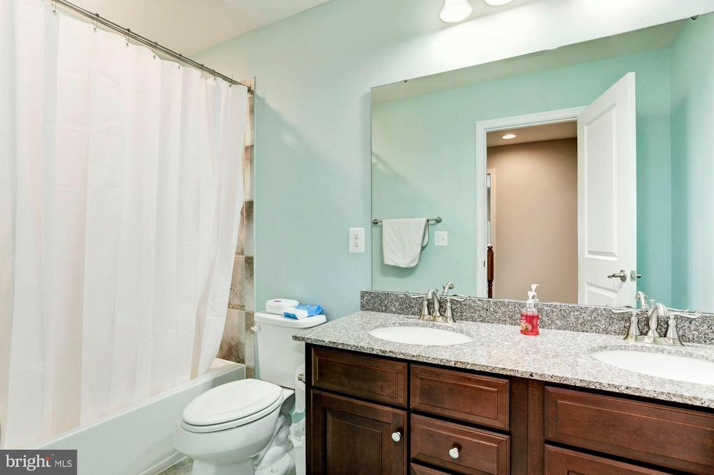Upper Level Full Bath w/2 Sinks - 2308 SWEET PEPPERBRUSH LOOP, DUMFRIES