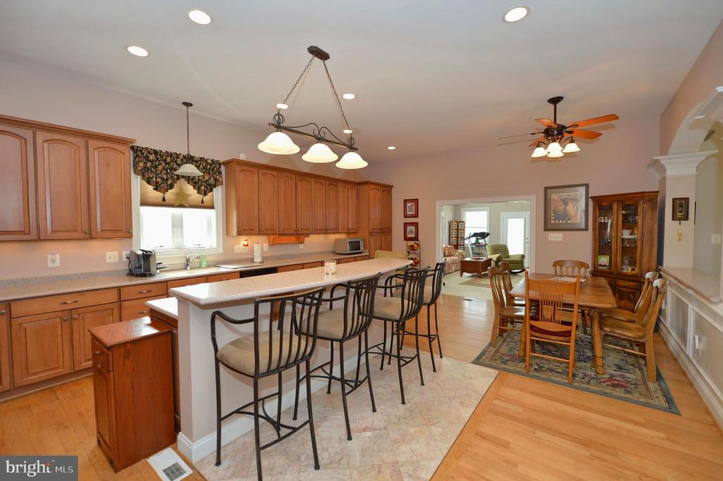 Gorgeous kitchen with raised snack bar - 40319 CHARLES TOWN PIKE, HAMILTON
