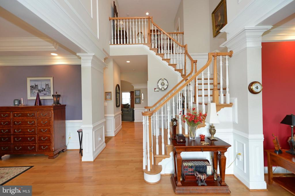 Extensive molding throughout this custom home - 40319 CHARLES TOWN PIKE, HAMILTON