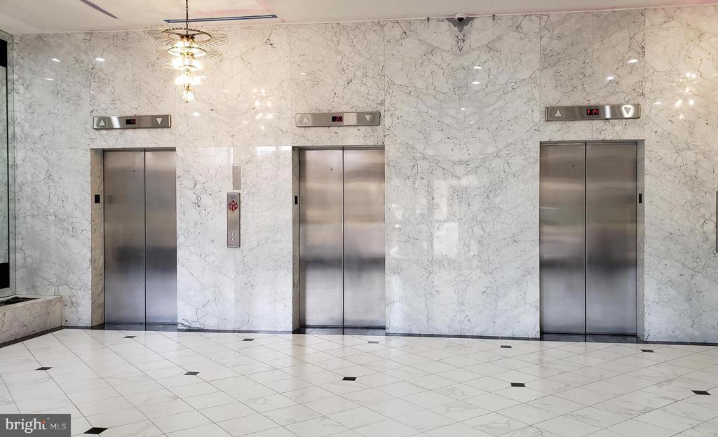 Main Lobby with 24 hour Concierge. - 400 MADISON ST #607, ALEXANDRIA