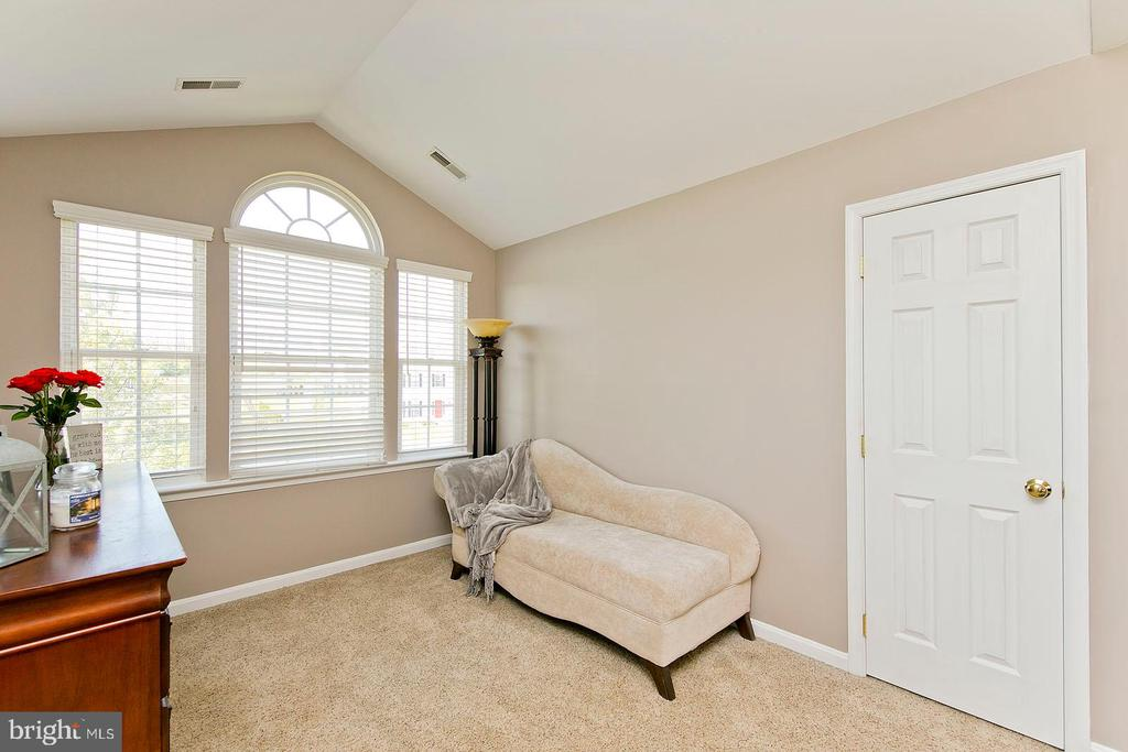 Sitting area in master bedroom - 770 CRUSHED APPLE DR, MARTINSBURG