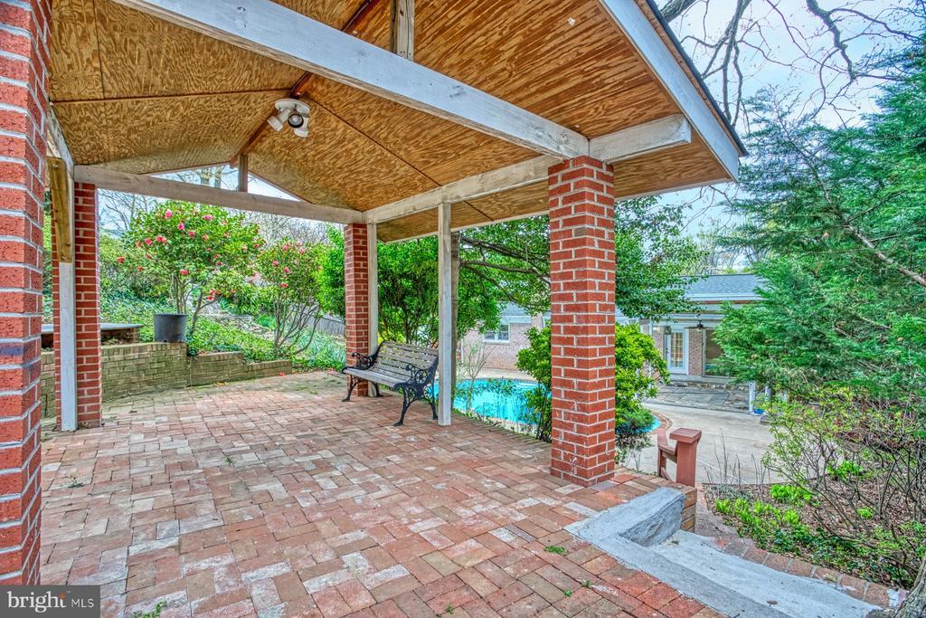Covered brick patio - 6008 5TH RD N, ARLINGTON