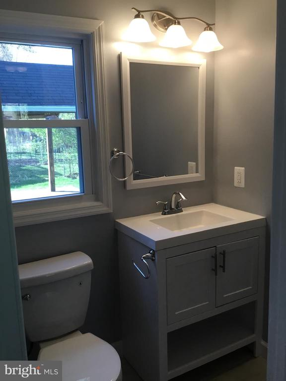 Main level bathroom - 652 ALABAMA DR, HERNDON