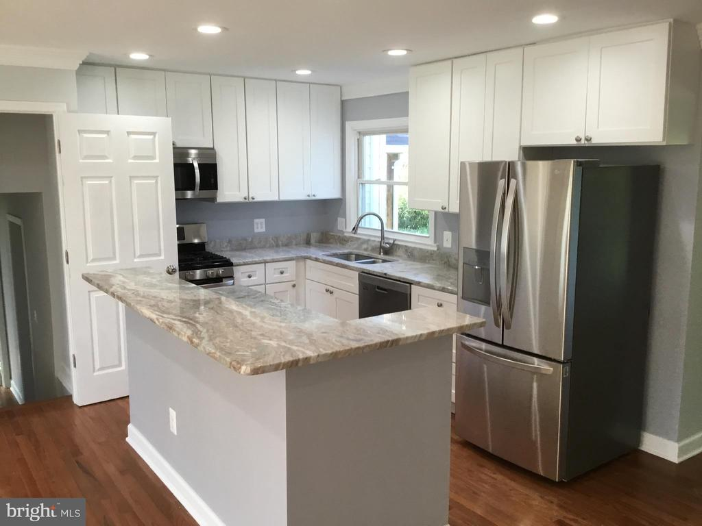 Kitchen opens to basement - 652 ALABAMA DR, HERNDON