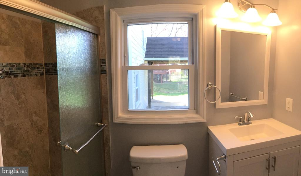 Main level bathroom off den - 652 ALABAMA DR, HERNDON