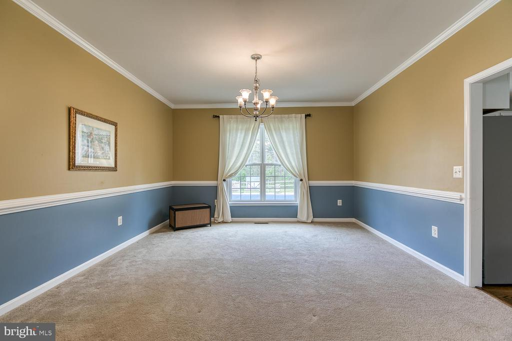 Huge dining room with crown molding and chair rail - 149 SUMMER BREEZE LN, FREDERICKSBURG