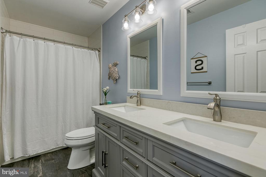 Newly remodeled hall bathroom - 149 SUMMER BREEZE LN, FREDERICKSBURG