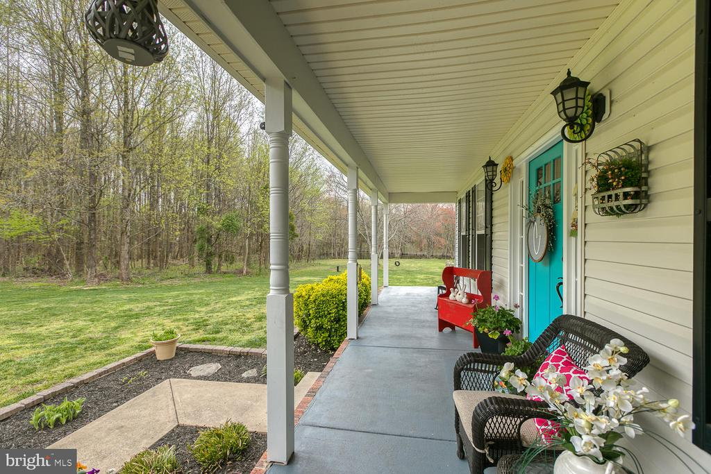 Relaxing covered front porch - 149 SUMMER BREEZE LN, FREDERICKSBURG