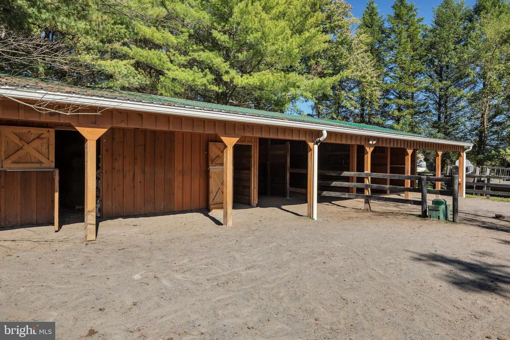 Perfectly sited barn with tack & feed room - 34332 BRIDGESTONE LN, BLUEMONT