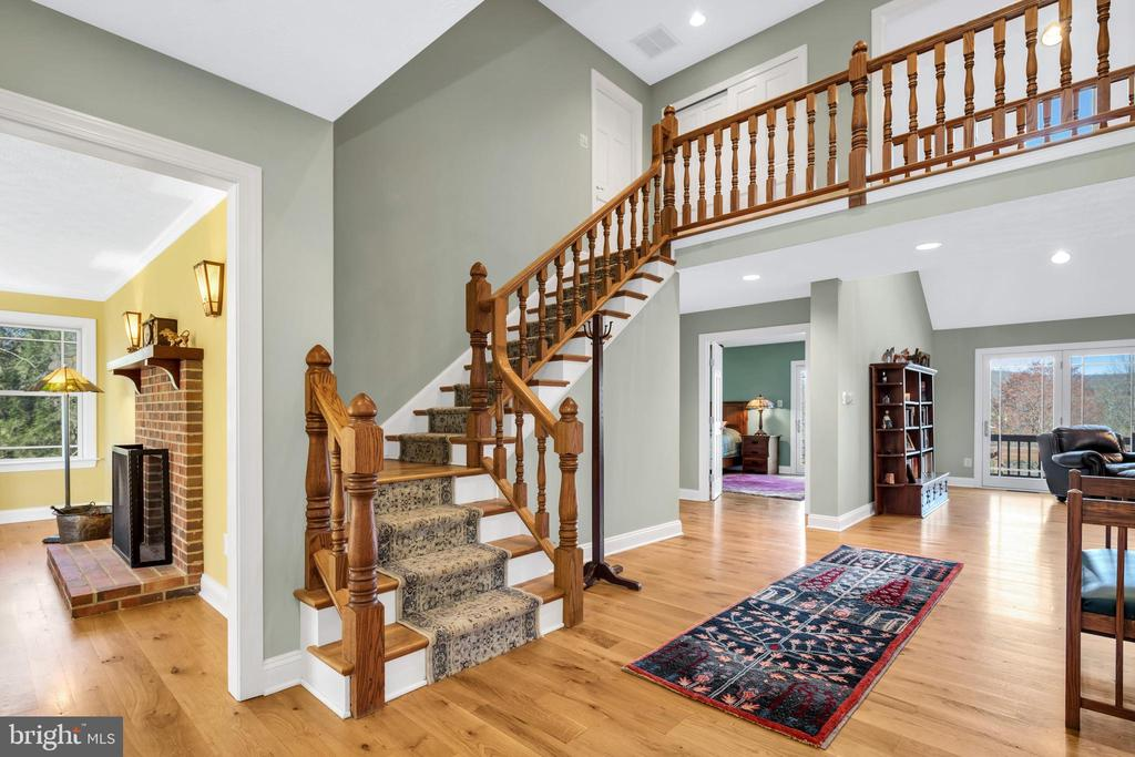 Foyer and view into the parlor - 34332 BRIDGESTONE LN, BLUEMONT