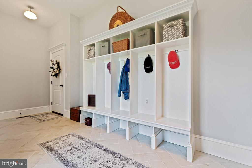 Mud Room with Built In storage - 918 NINOVAN RD SE, VIENNA