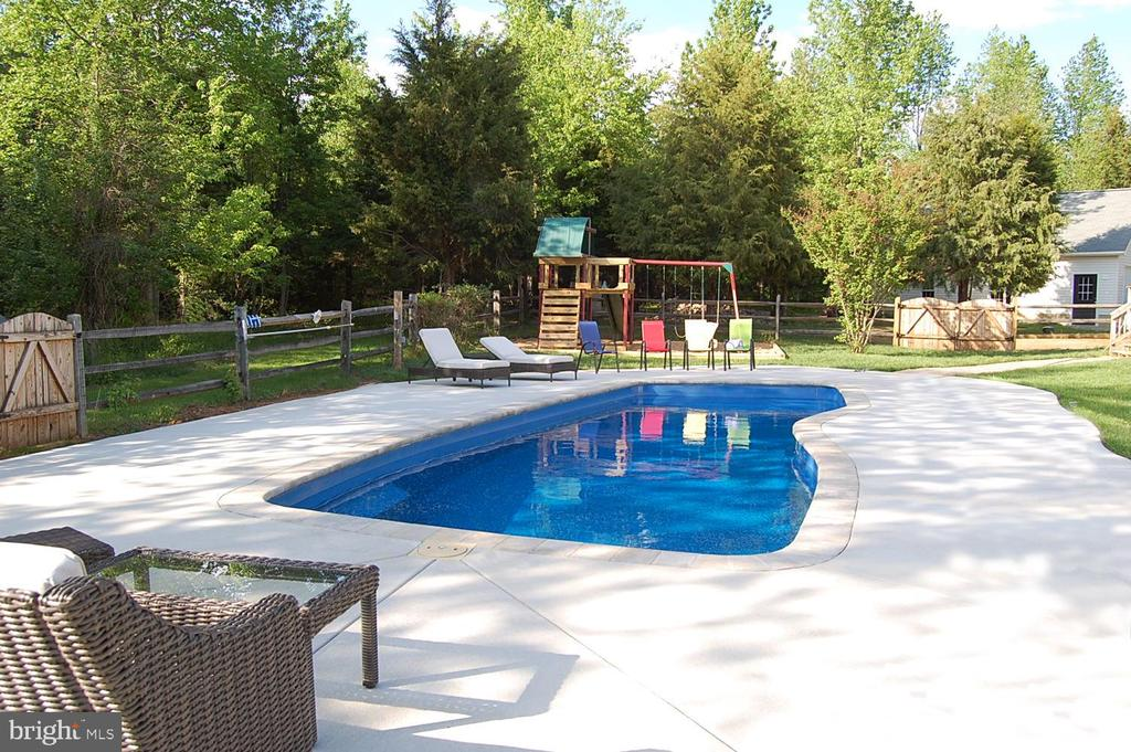 Gorgeous pool during Open Pool Season! - 149 SUMMER BREEZE LN, FREDERICKSBURG