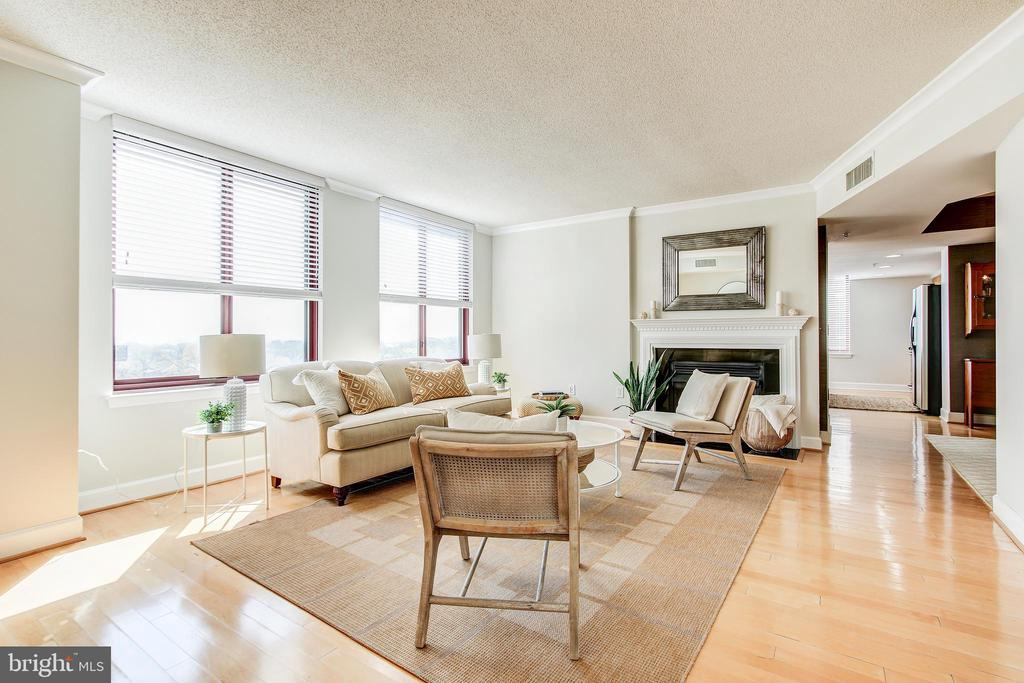 Living Room with hardwood floors and gas fireplace - 1205 N GARFIELD ST #804, ARLINGTON
