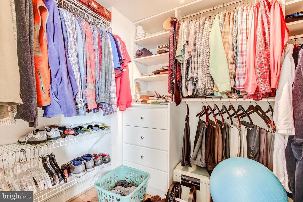 Walk-in closet to bedroom 2 - 1205 N GARFIELD ST #804, ARLINGTON