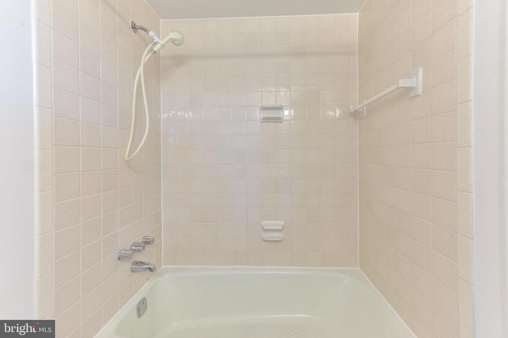 Hall full bath tile shower - 5500 HOLMES RUN PKWY #1210, ALEXANDRIA