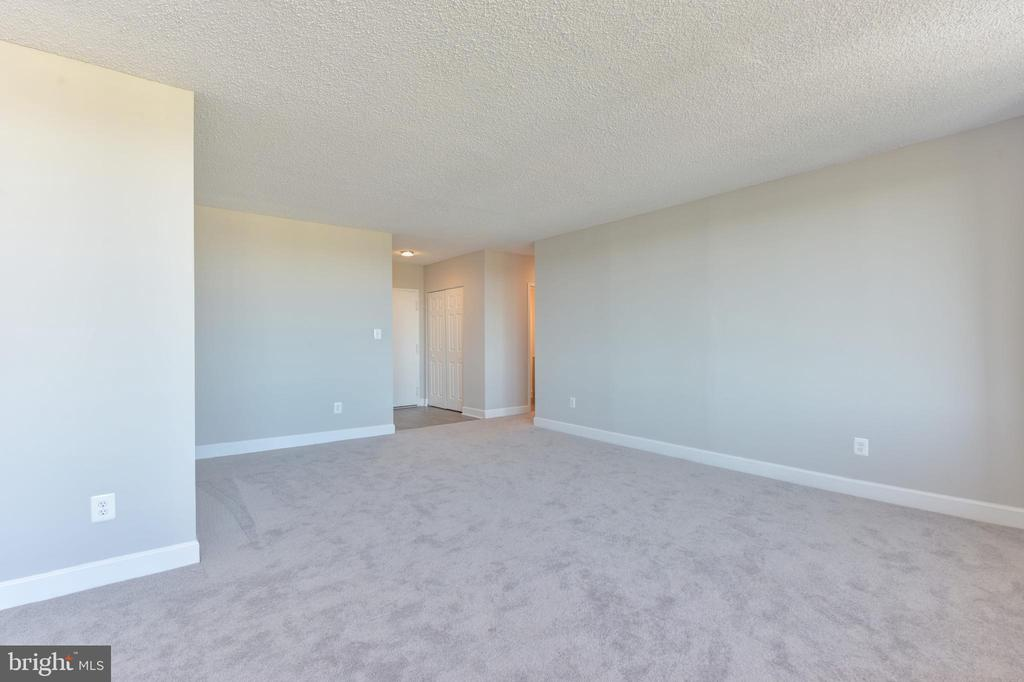 Neutral wall and floor colors for your new decor - 5500 HOLMES RUN PKWY #1210, ALEXANDRIA