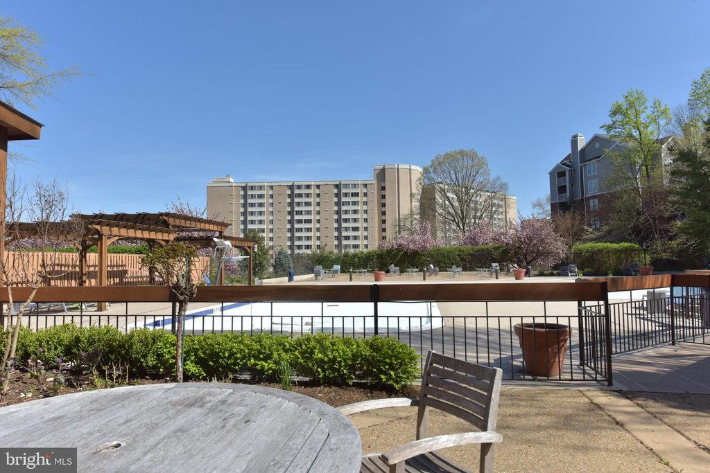 One of many seating areas surrounding the pool - 5500 HOLMES RUN PKWY #1210, ALEXANDRIA