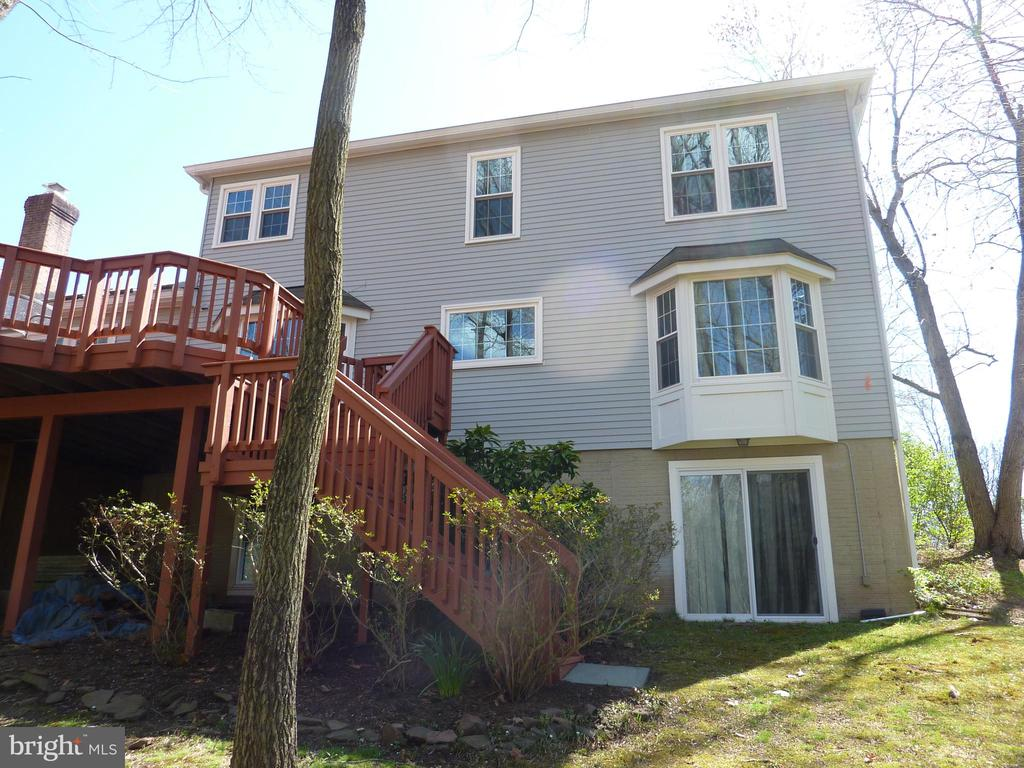 Room to roam inside and out - 12216 HEATHER WAY, HERNDON
