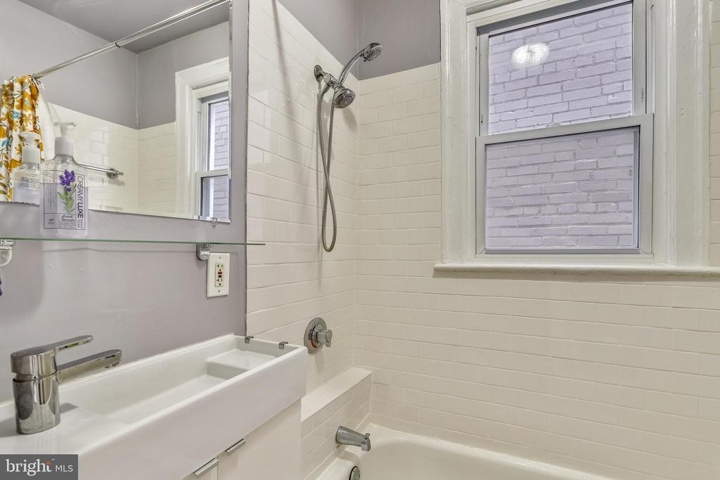 Upper level 1 bath - 1627 MONTELLO AVE NE, WASHINGTON