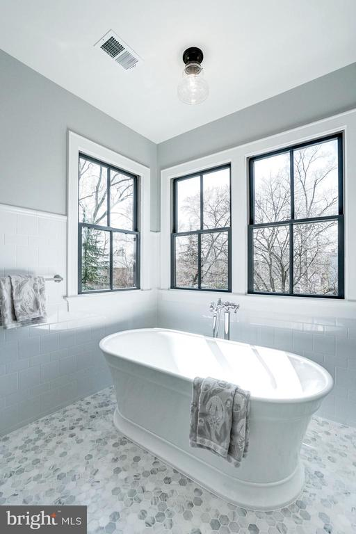 free standing tub in light filled niche - 4856 33RD RD N, ARLINGTON
