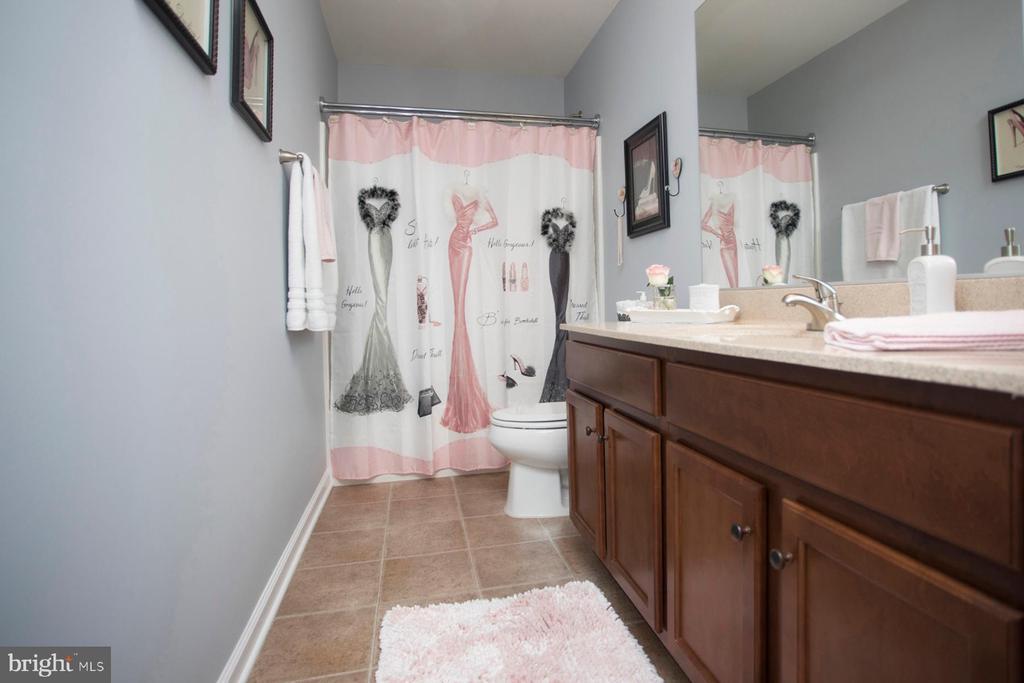 Upper level hall bath - 26 WAGONEERS LN, STAFFORD