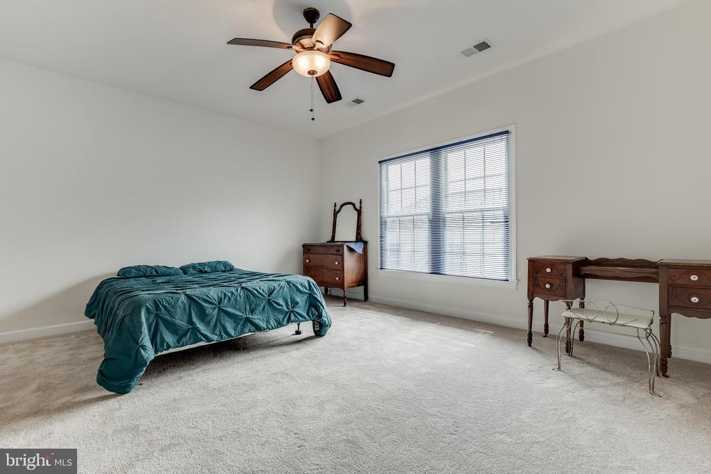 This large bedroom could be 2nd master bedroom - 1210 MARSEILLE LN, WOODBRIDGE