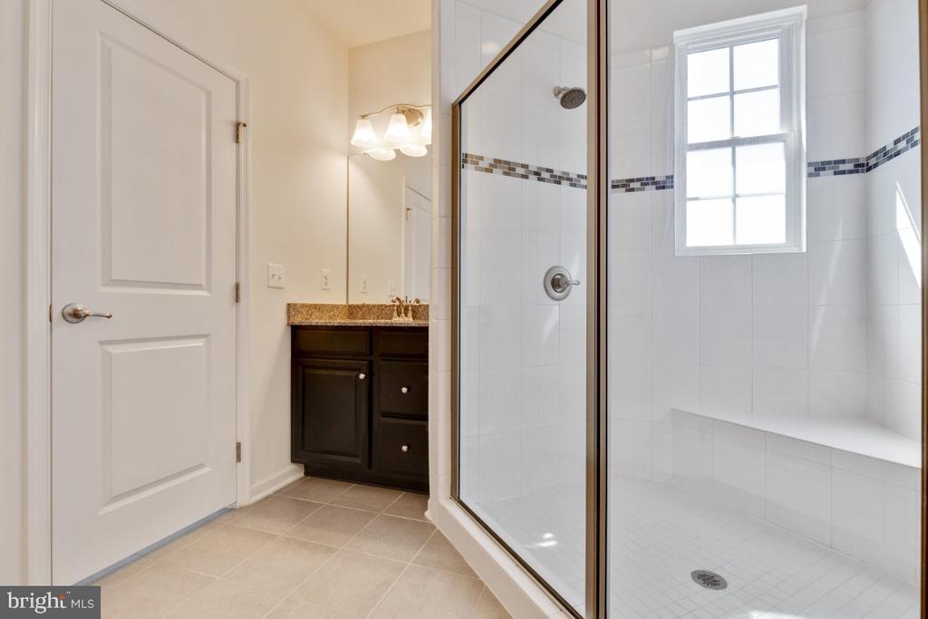 Large Walk-in Shower - 455 KORNBLAU TER SE, LEESBURG