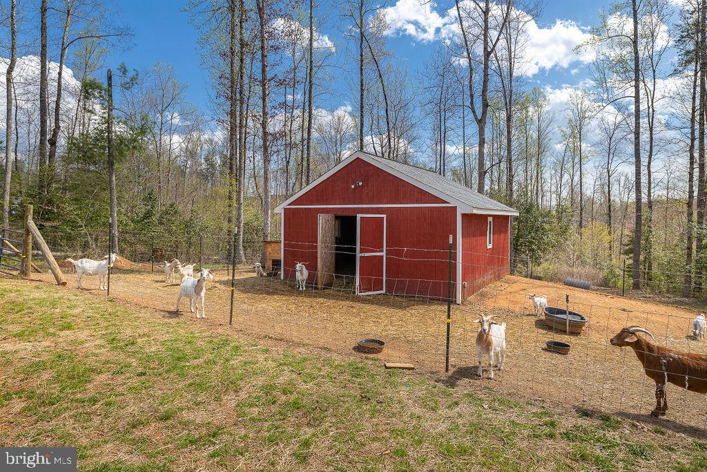 20'x20' barn w/fenced lot - 6488 SOUTHFORK LN, LOCUST GROVE