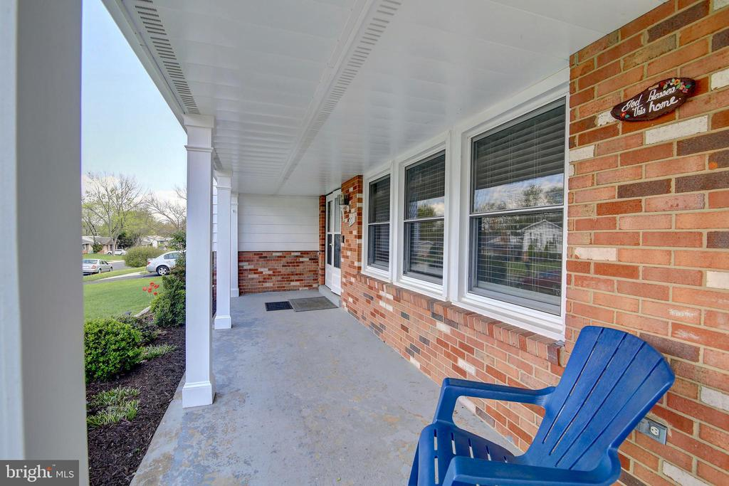 Lovely covered front porch - 201 E AMHURST ST, STERLING